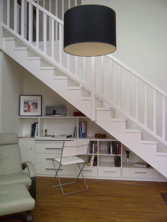 espace perdu cage d escalier blanc peinture et livres plancher en bois