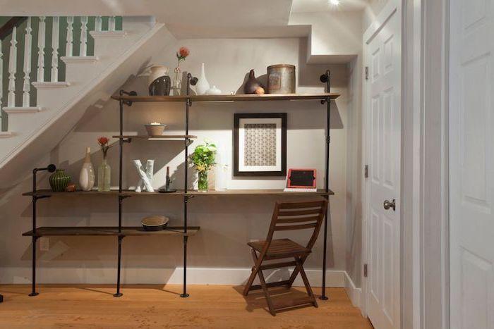 espace perdu cage d escalier étagères en bois et métal bon marché escalier blanc