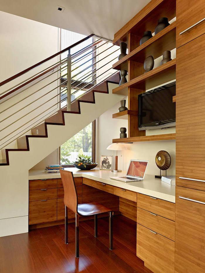 espace perdu cage d escalier meubles sur mesure en bois garde corps en métal