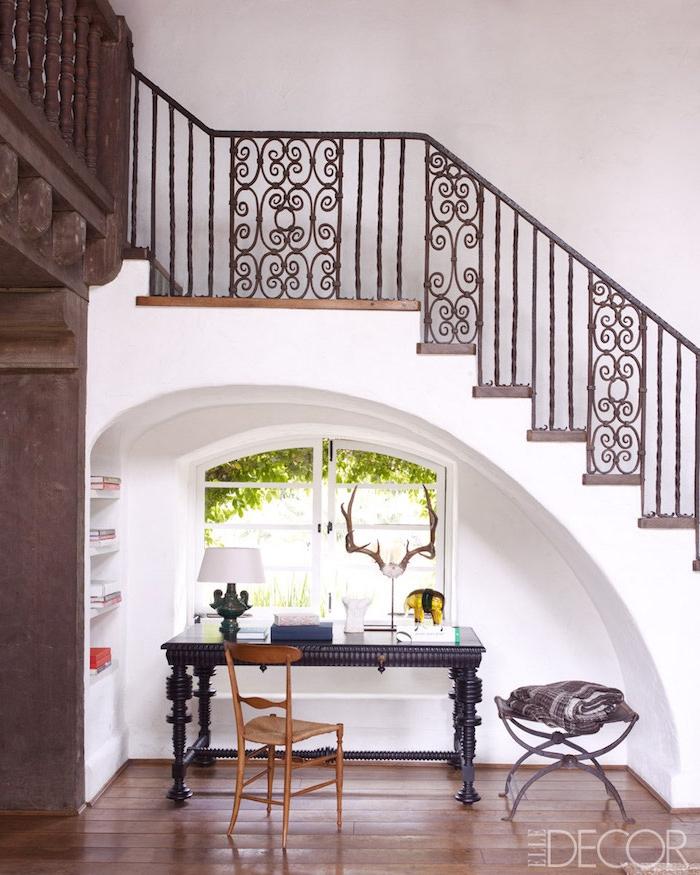 espace perdu cage d escalier stylé bureau en bois peint en noir accessoires et étagères lumière naturelle