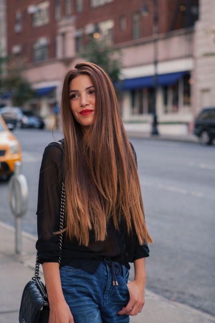 exemple coupe cheveux longs 2021 avec des meches chatain clair sur cheveux chatain chemise noire jean bleu