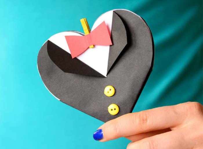 exemple de carte costume homme smoking noir papier boutons jaunes chemise blanche idee cadeau fete des peres