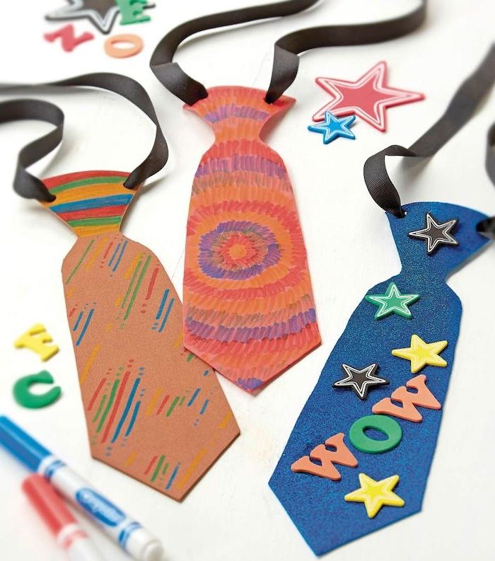 exemple de cravate de papier de couleurs et décoration lettres étoiles à suspendre au cou