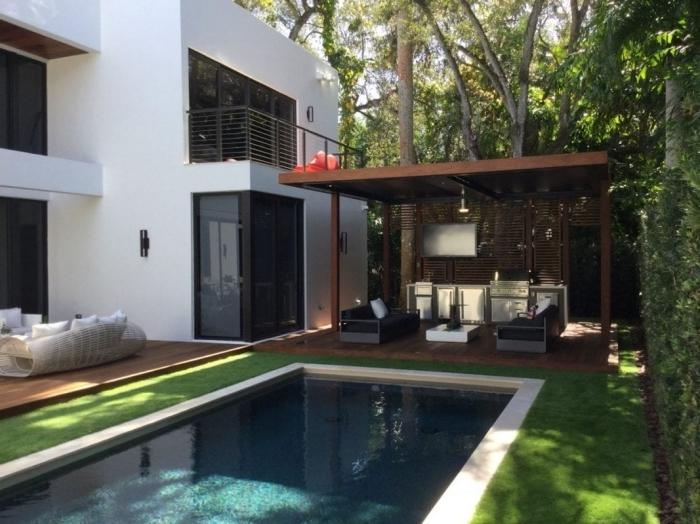 façade maison blanche terrasse bois piscine gazon cuisine d été en bois appareils inox