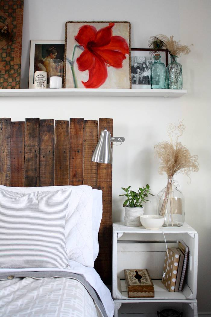 fabriquer une tete de lit originale en bois foncé table de nuit blanche linge de lit gris et blanc