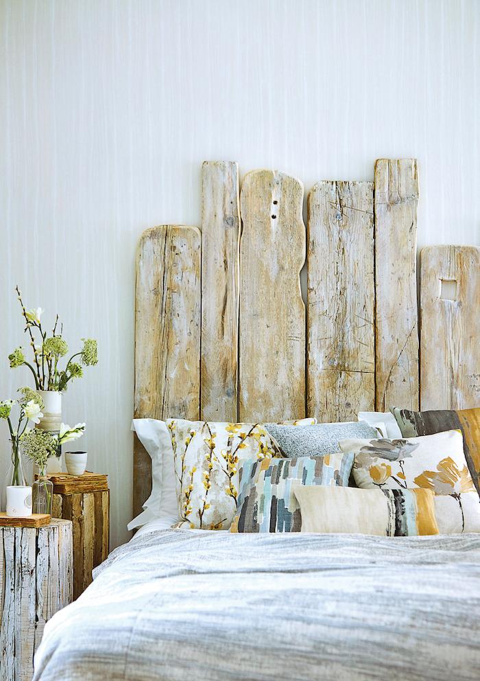 fabriquer une tete de lit originale en planches de bois coussins multicolores en nuances terrestres
