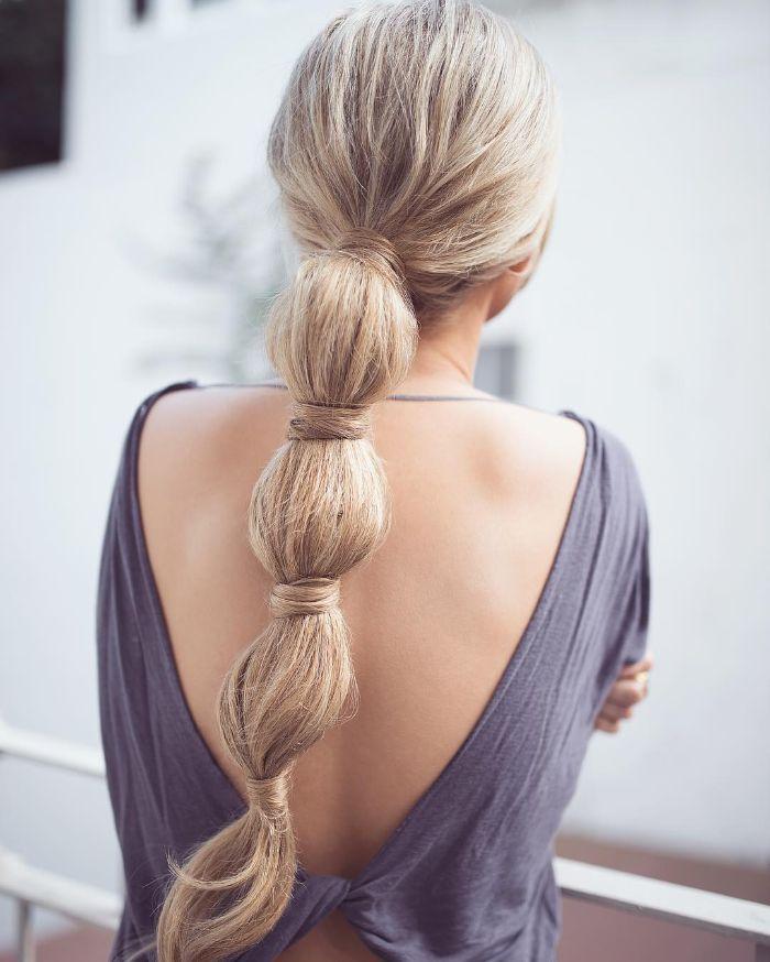 fausse tresse queue de cheval noué de meches sur chevelure ultra longue de couleur blonde
