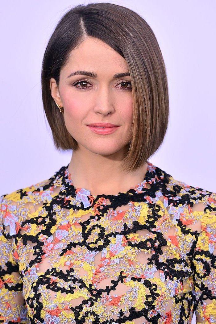 femme à la robe aux fleurs à la coiffure carré court raie sur le côté lèvres roses