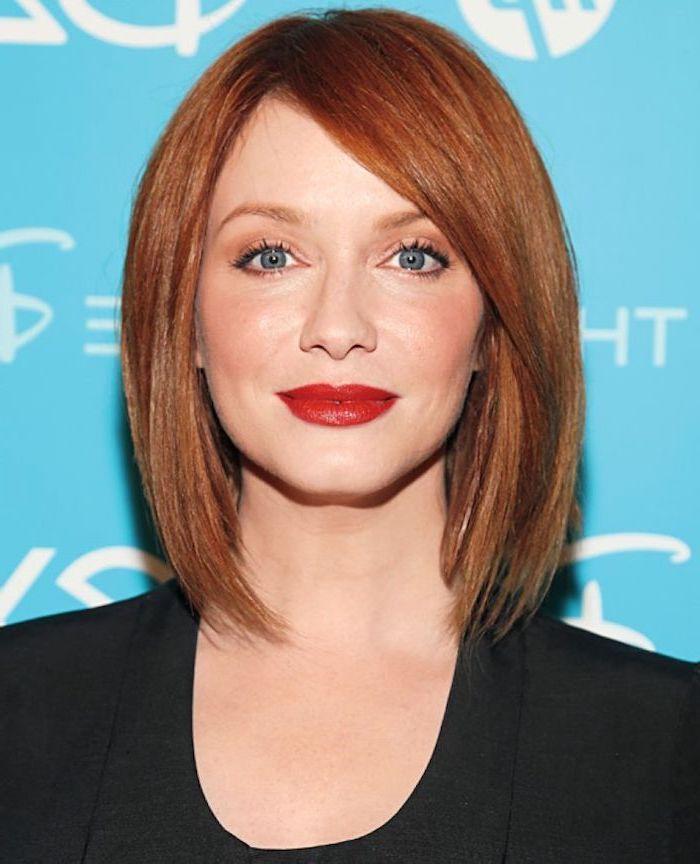 femme au carré plongeant avec frange aux yeux bleus rouge à lèvres rouge top et veste noirs