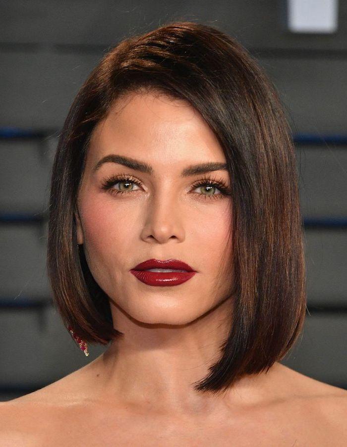 femme aux yeux vert claire à la coiffure carré court avec frange sourcils arqués