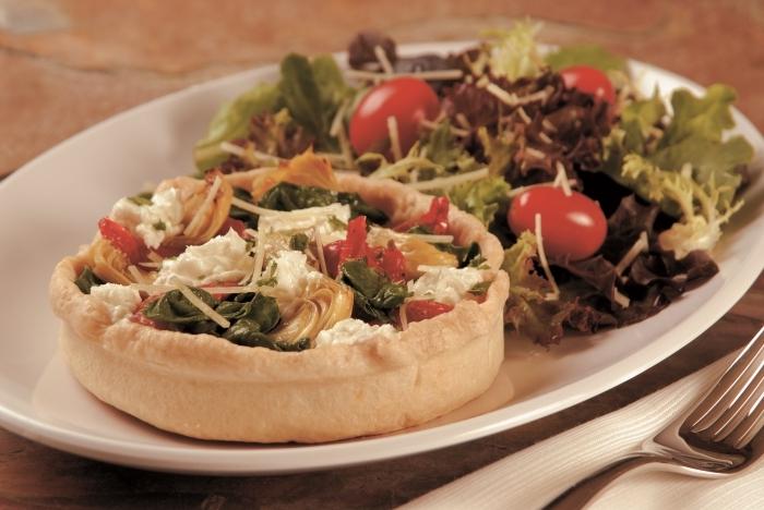 forme quiche fourchette recette pate brisée salée assiette blanche garniture salée tomates cerises