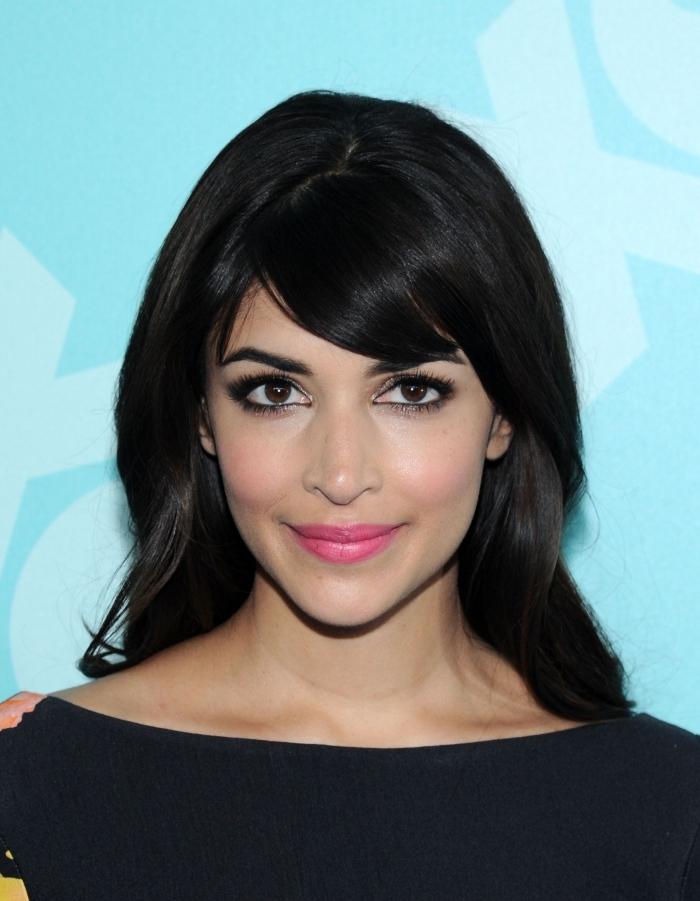 frange cheveux long courte cheveux noirs maquillage yeux marron rouge a lèvres rose