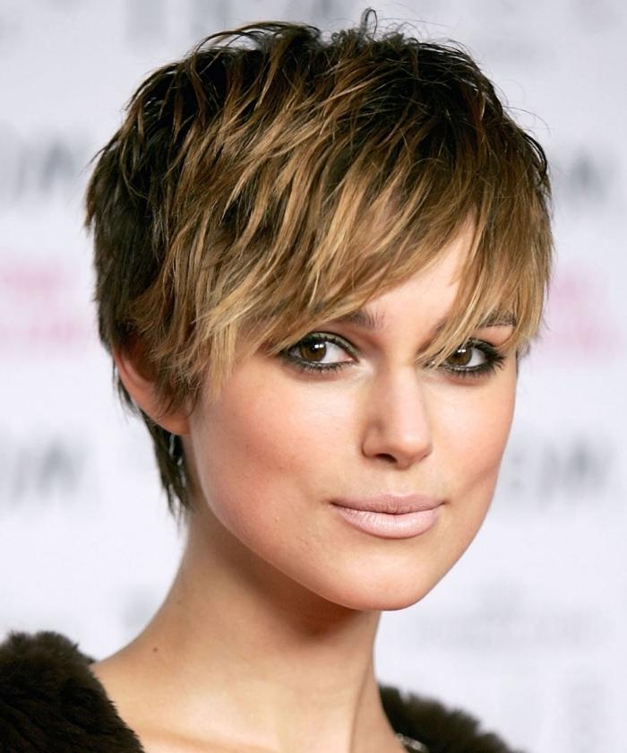 frange effilée dégradée coupe de cheveux courte femme maquillage yeux marron mascara