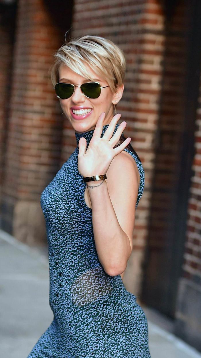 frange effilée dégradée coupe courte blonde scarlett johansson aux lunettes de soleil et robe grise