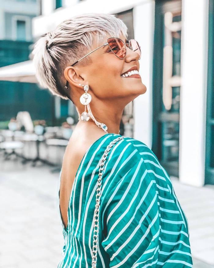 frange efilée dégradée coupe courte nuque rasée femme aux boucles d oreilles et tenue élégantes lunettes de soleil