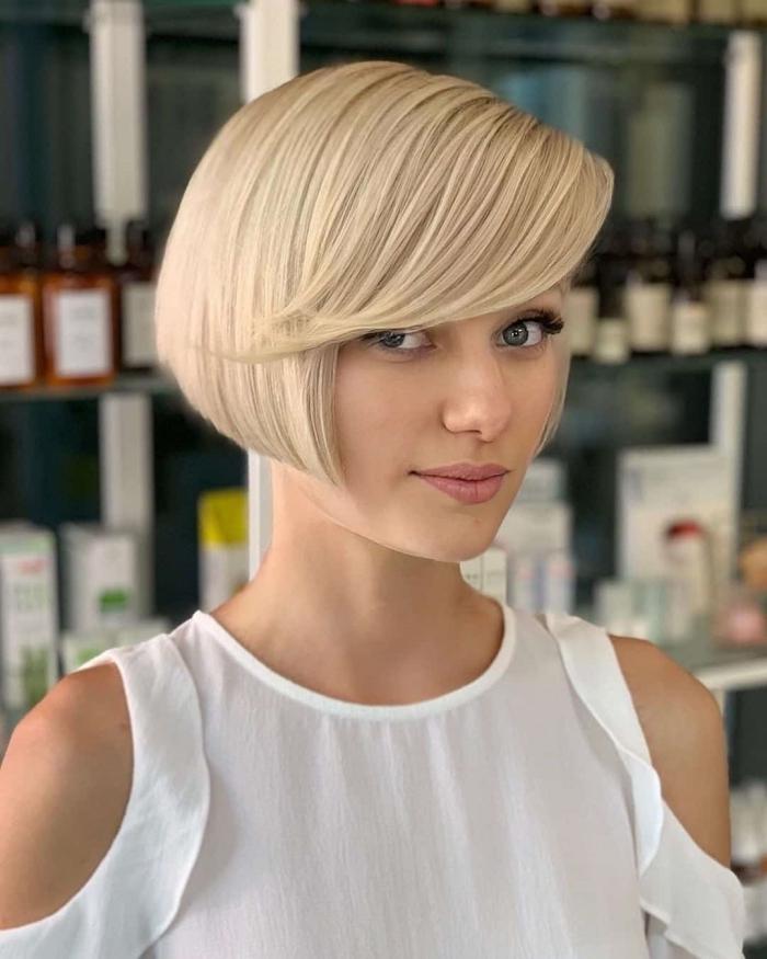 frange longue coupe de cheveux courte tendance femme carré courte plongeant avec frange