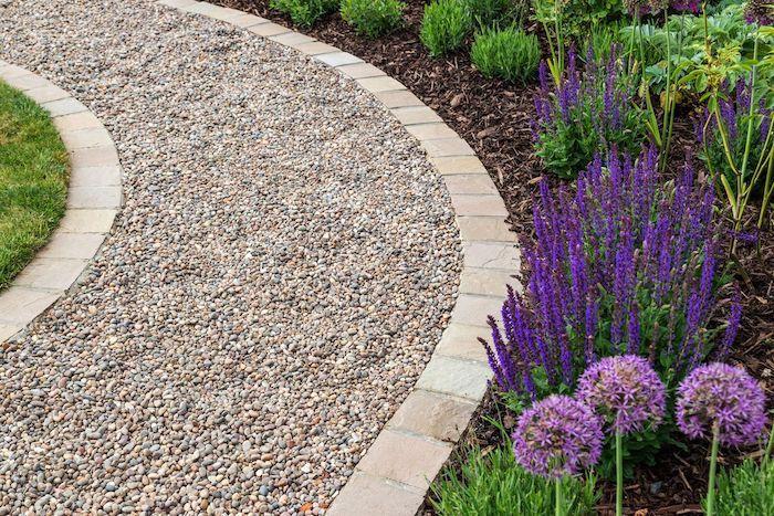 gravier decoratif exterieur allée en gravier parterre en fleurs violettes et plantes vertes