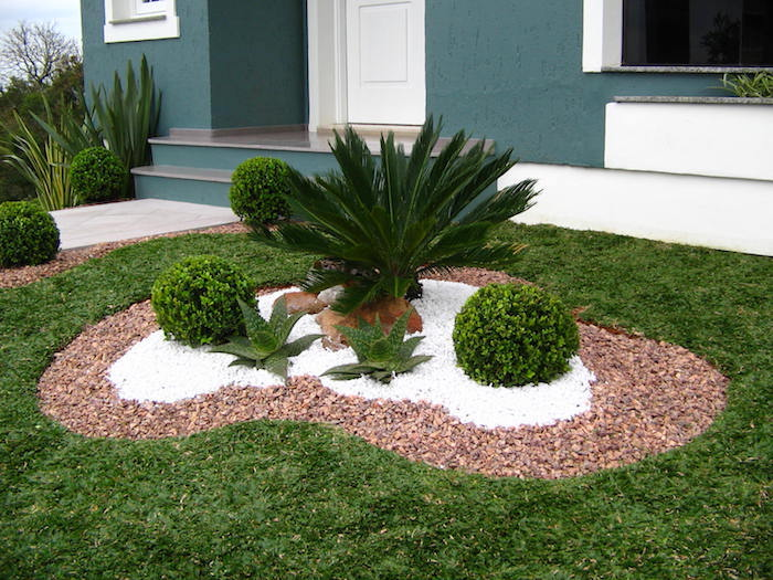gravier decoratif exterieur en beige et blanc avec succulentes buissons et pierres
