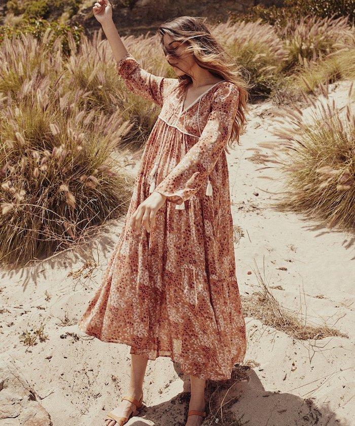 hippie robe bohème chic aux manches longues sandales plates femme à la plage aux cheveux emportés par le vent