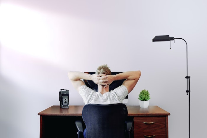 homme qui travaille a la maison home office bureau en bois fonce