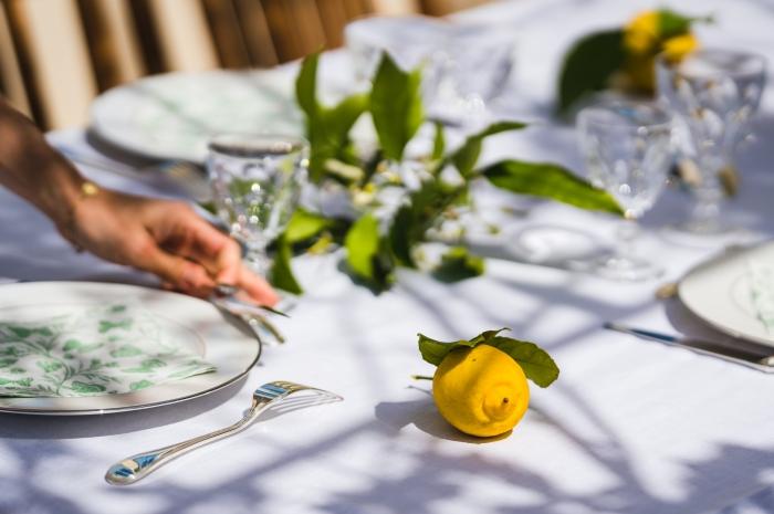 idée comment décorer table déjeuner réunion famille serviette motifs fleurs vaisselle blanche