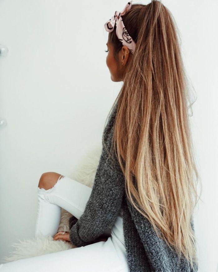 idée de coiffure style ariana grande cheveux tres long et lisse en queue de cheval haute avec bandeau de tete