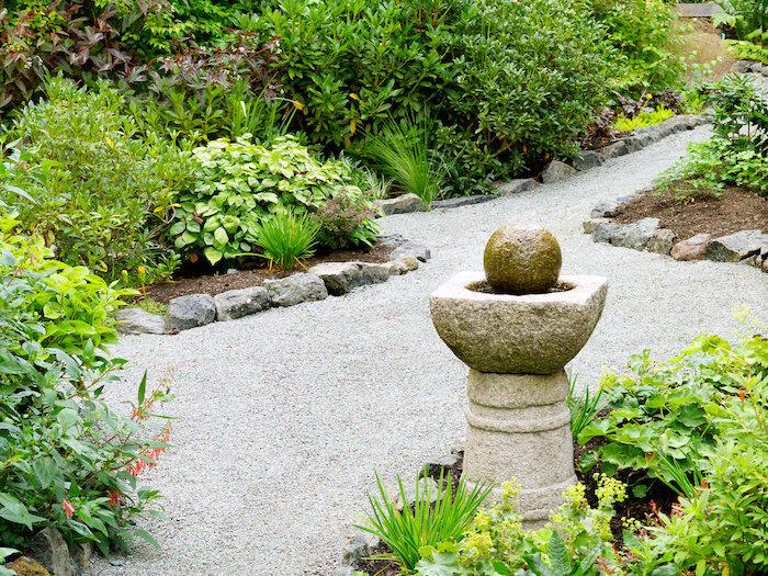 idée bordure jardin recup allée en gravier grand jardin avec buissons