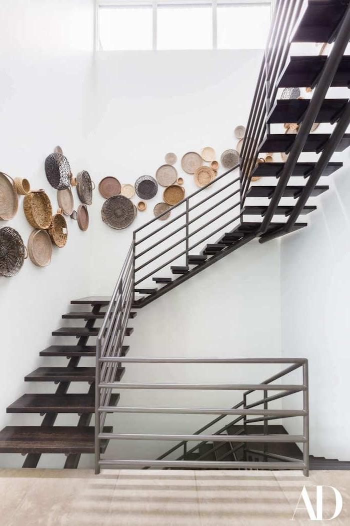 idée déco peinture cage d escalier mur blanc escalier marron paniers sur le mur