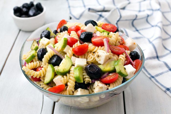 idée salade composée avec pâtes tomates concombre oignon olives basilic frais fromage feta