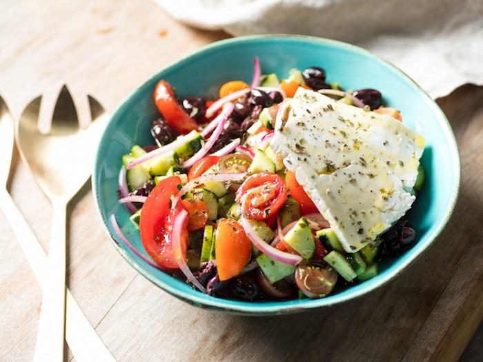 idée salade composée tomates concombre oignon olives basilic sec fromage feta