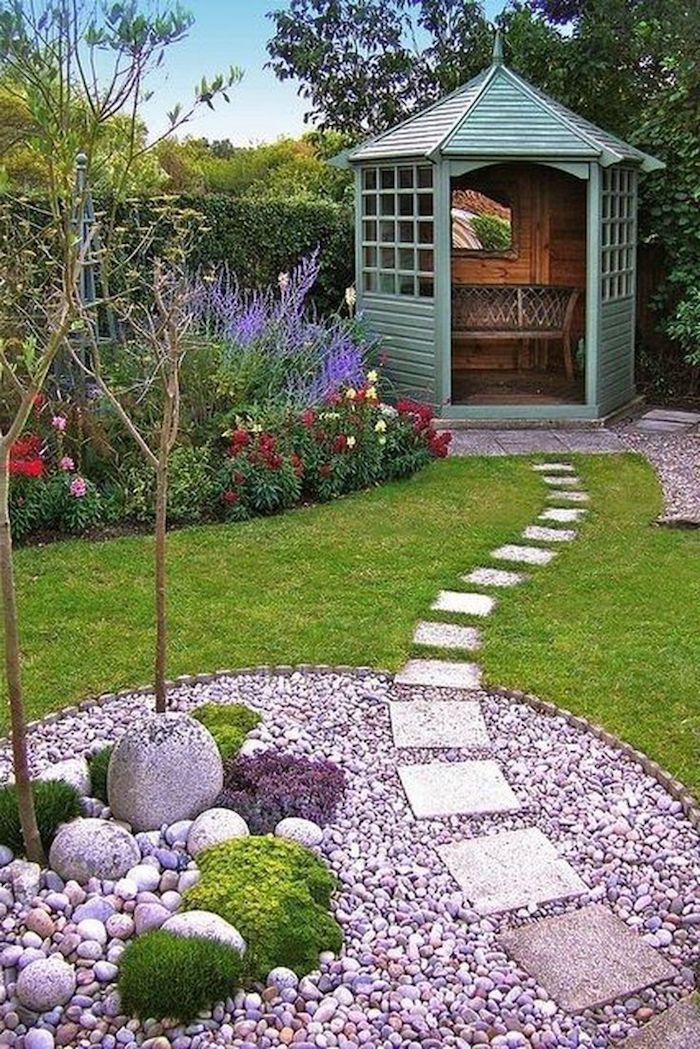 idee deco jardin avec cailloux peints en violet allée en pierres jardin avec gazon fleurs et arbres