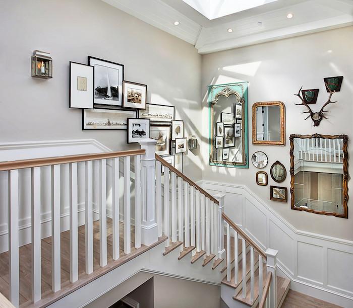 idee deco peinture cage d escalier cadres de photos et miroirs escalier en blanc et bois