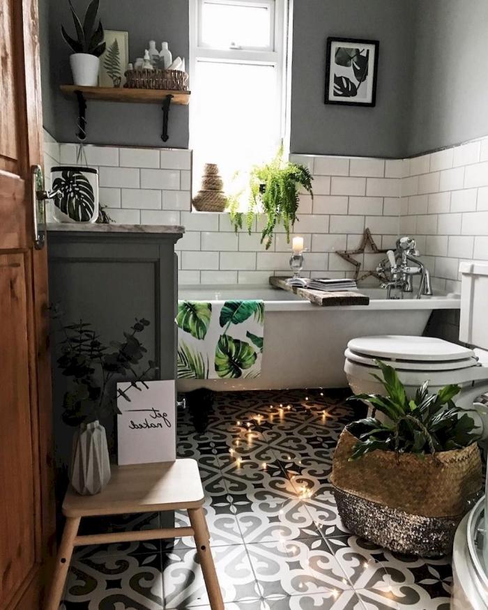 idee peinture wc gris mate carrelage metro blanc tabouret bois panier tressé monstera motifs objets déco