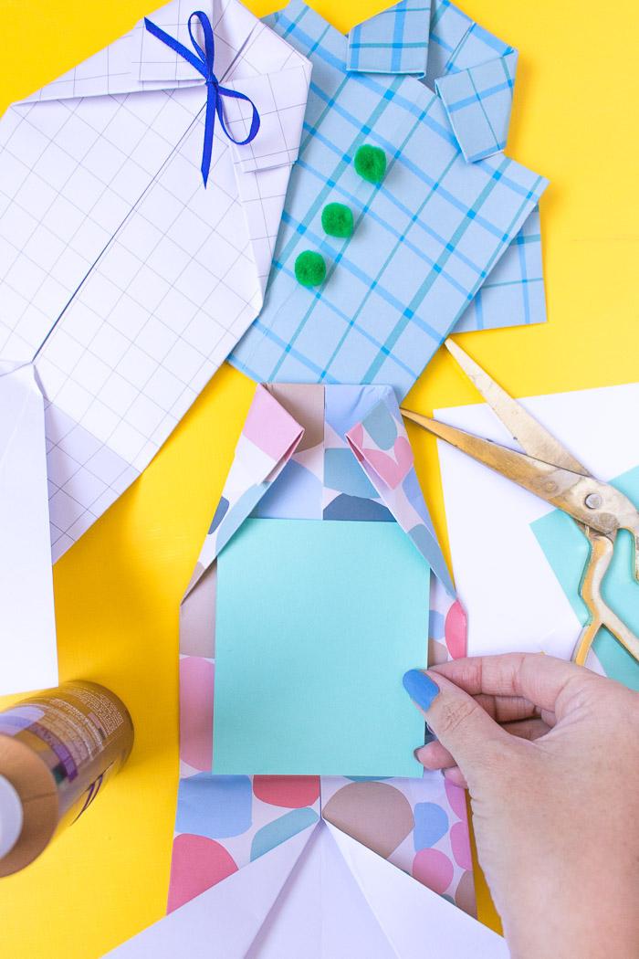insérer un carton à l intérieur de la carte fete des peres en forme de chemise carte fete des peres maison
