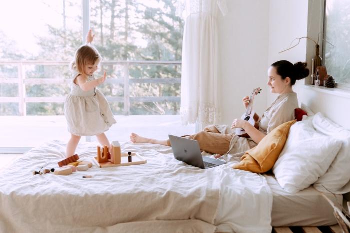 intérieur confort domicile famille enfant fille et mère lit douillet fenêtre isolation maison thermique