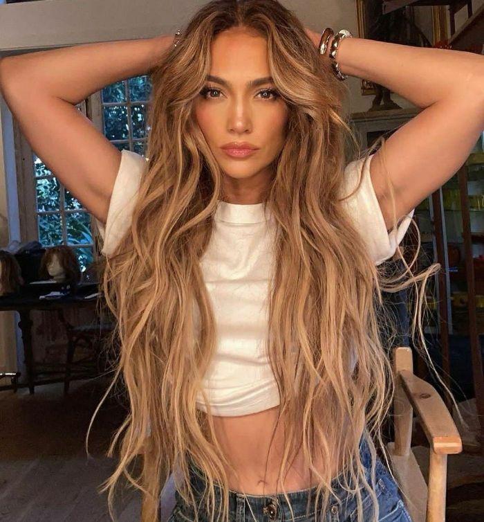 jennifer lopez aux cheveux tres long façon rapunzel meches blond sur cheveux chatain sirene