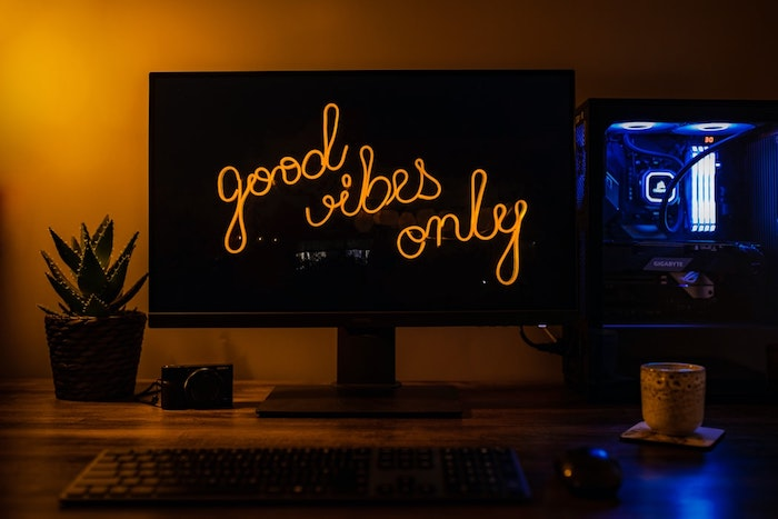 jeu de lumières pour aménager un bureau gamer coin de jeux à la maison pour professionnel