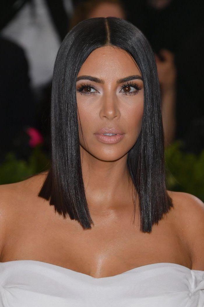 kim kardashian tapis rouge à la coupe cheveux lisse long noir à la robe blanche
