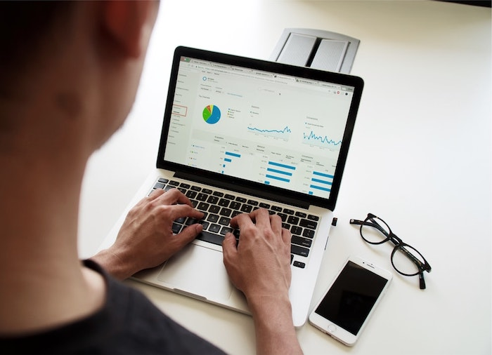 laptop gris mac google analytics data bureau blanc lunette de vue hypster