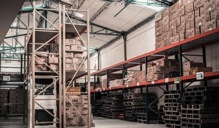 logistique entreposage stockage marchandises rangement étagère déplacement expédition produits