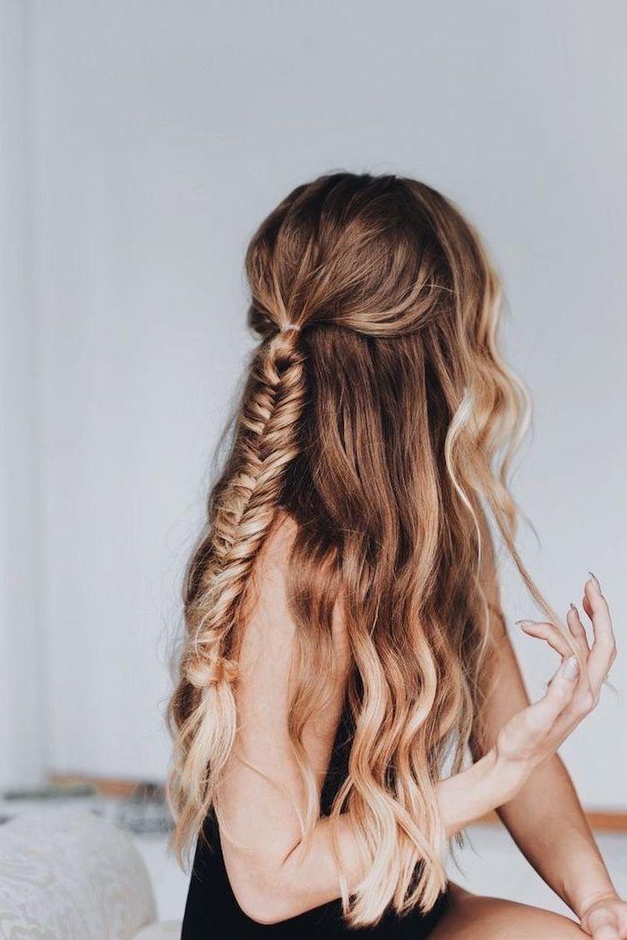 longs cheveux charain aux meches miel blond ondulées et tresse en épi de blé