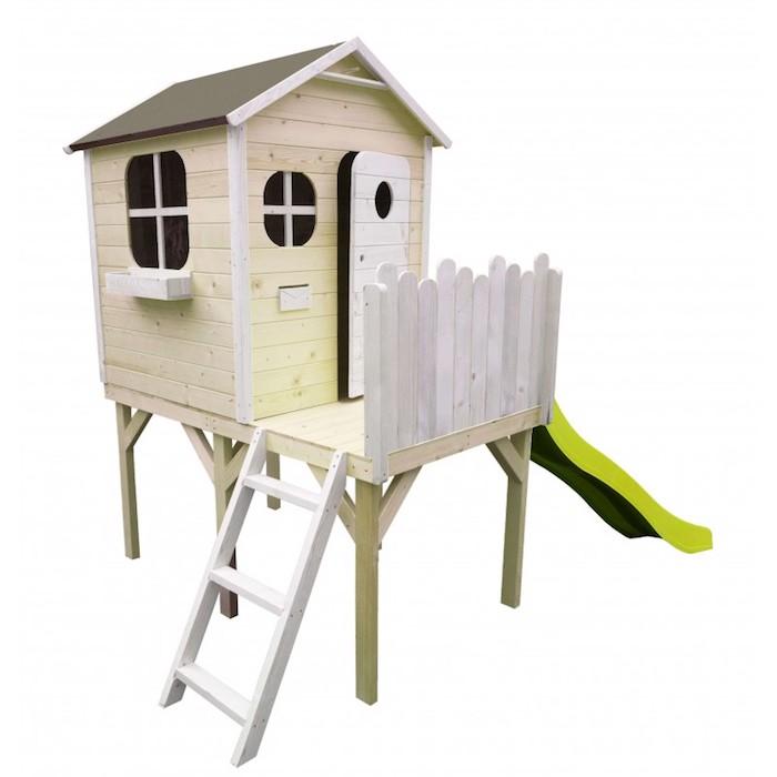 maisonnette en bois sur pilotis dans un jardin en plein air extérieur avec des planches de bois et tobbogan, modèle cabane en bois pour enfant