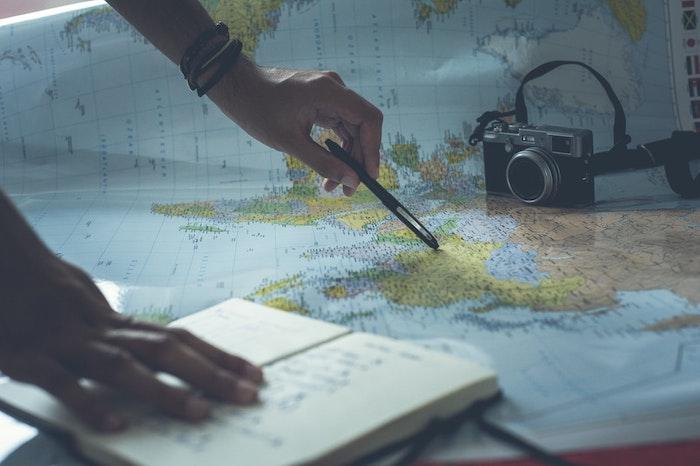 map du monde homme qui montre quelque chose sur la map