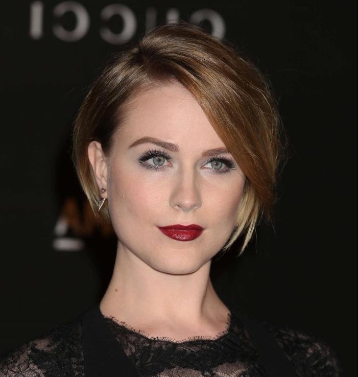 maquillage avec rouge a lèvre rouge frange longue mascara faux cils coloration avec pointes éclaircies