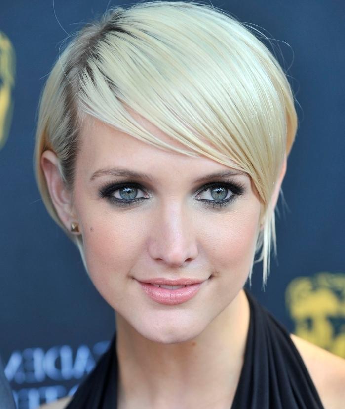 maquillage yeux smoky boucles d oreilles frange asymétrique coloration blond froid robe noire