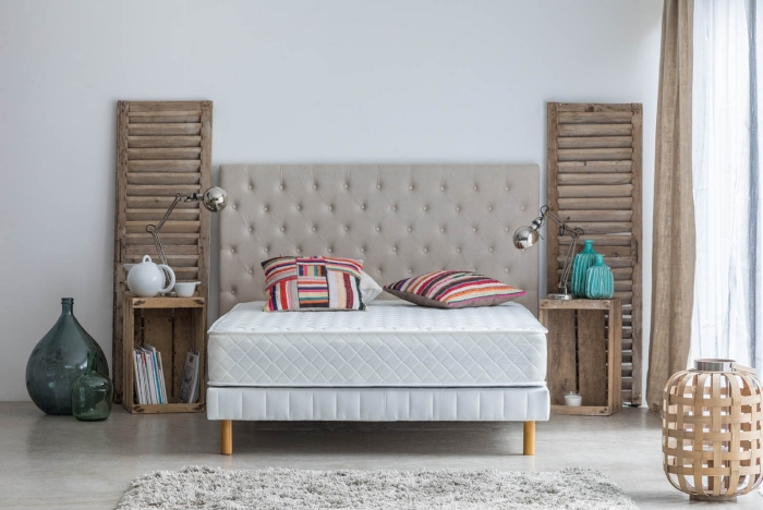 matelas mousse mémoire de forme décoration chambre a coucher tête de lit boutonnée meuble chevet bois