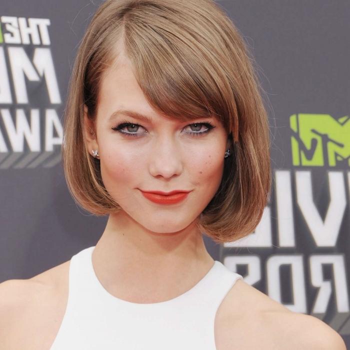 meche sur le coté frange latérale coupe de cheveux femme carré courte rouge a lèvre rouge