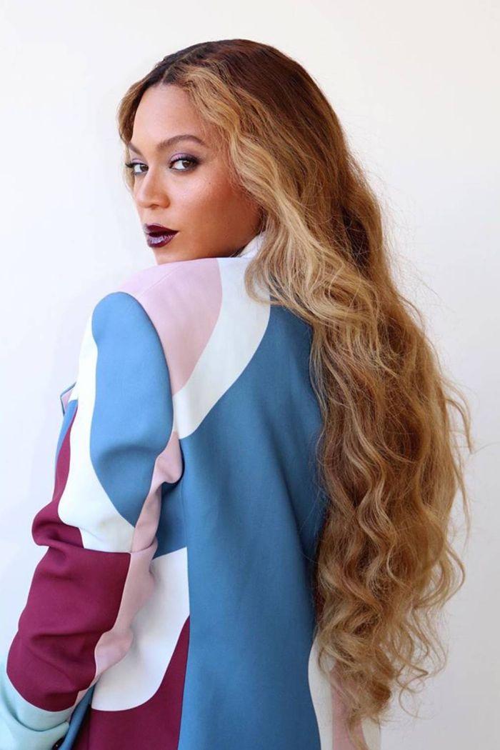mermaid cheveux longs ondulés de beyonce avec ombré blond tailleur femme avec veste colorée
