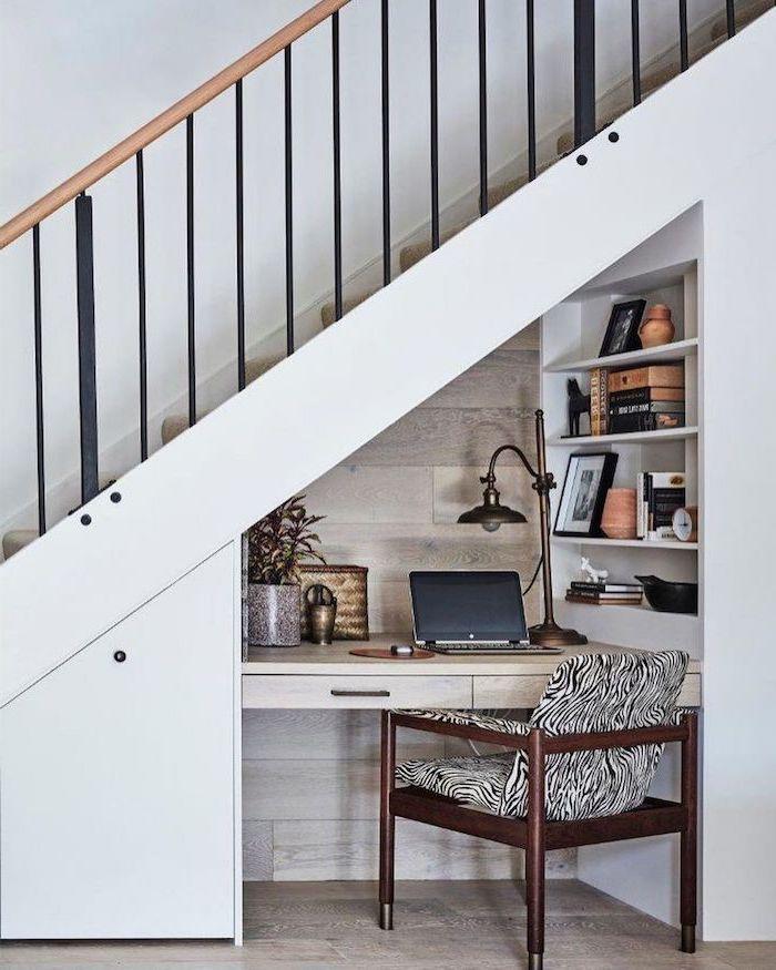 meuble sous escalier encastré blanc chaise en bois avec coussin en noir et blanc lampe style industriel plante
