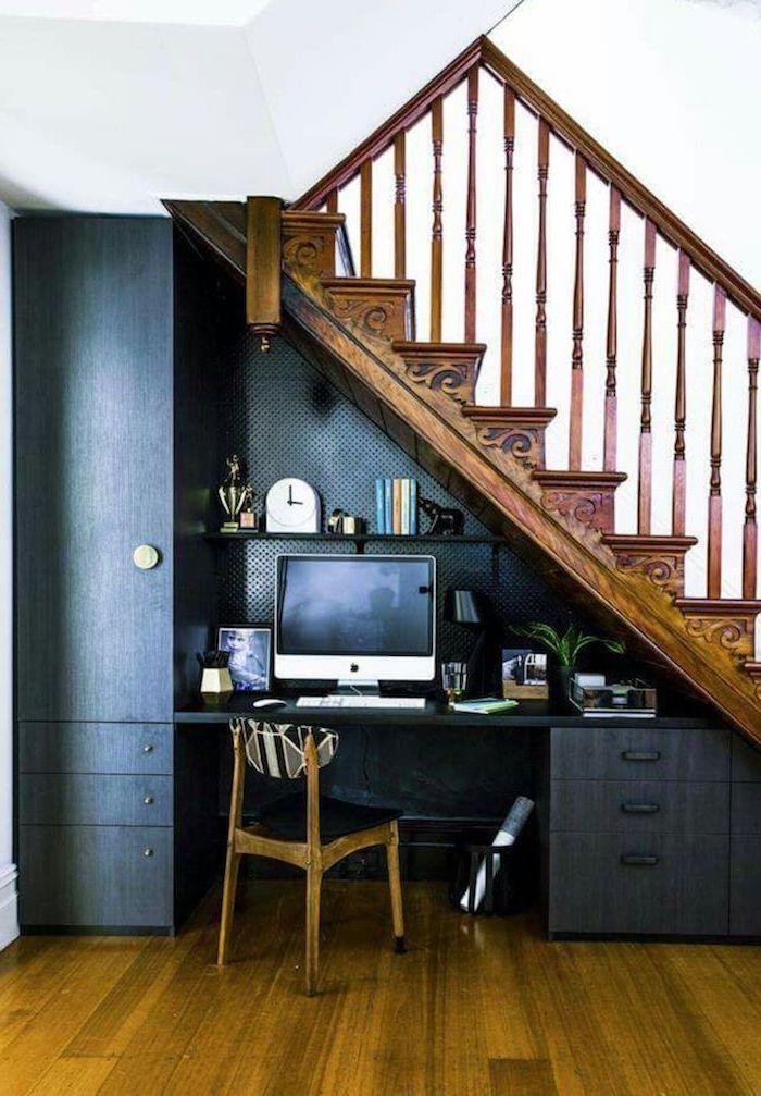 meuble sous escalier peint en bleu foncé stylé escalier rustique en bois décoration et plantes